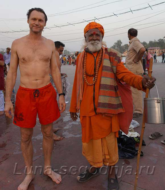 После купания в священной реки Ганги - Индия