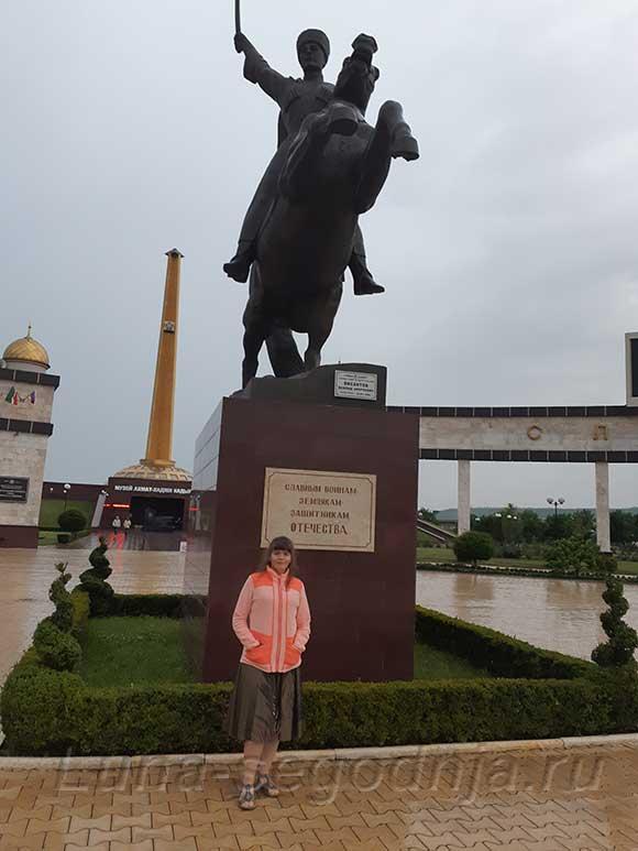 Памятник в Грозном - на коне  Герой России Мовлид Висаитов - командир чеченского батальона во время Великой Отечественной войны