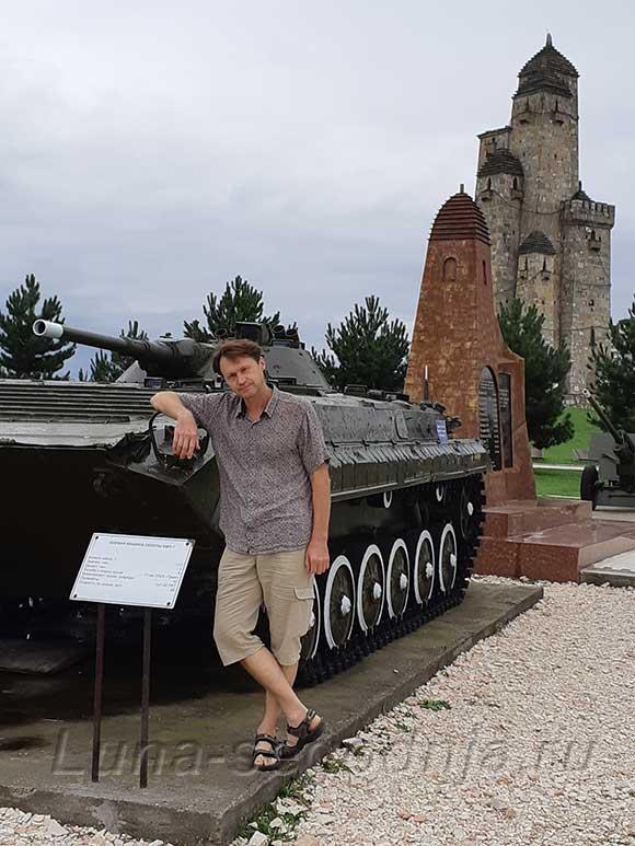 Мемориал памяти и славы в Ингушетии - на фоне танка