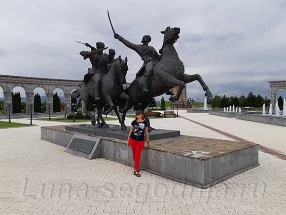 Мемориал памяти и славы в Ингушетии - скульптура всадники