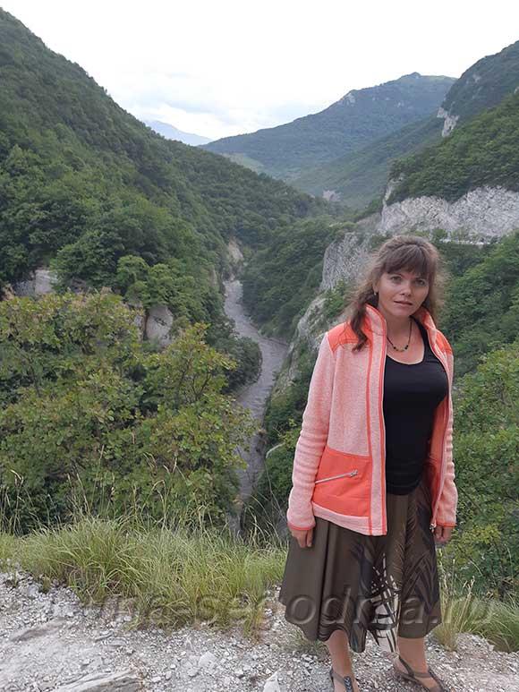 Аргунское ущелье - вид на горную речку. Чеченская Республика