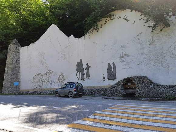 Благоустроенный родник с двумя башнями по дороге в Аргунском ущелье