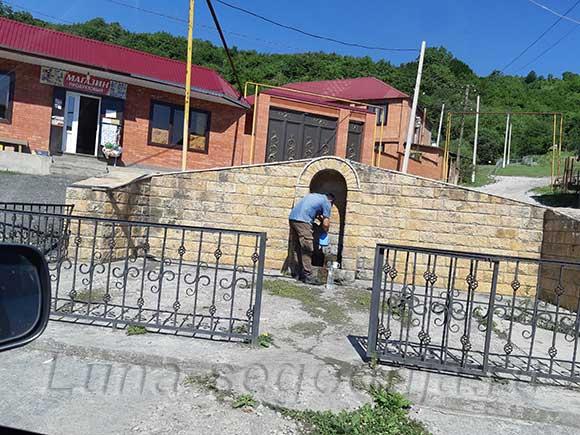 Родник и магазин по пути в районе Аргунского ущелья