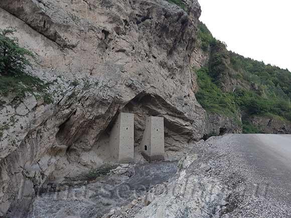 Две сторожевые башни у дороги. Чечня, Аргунское ущелье.