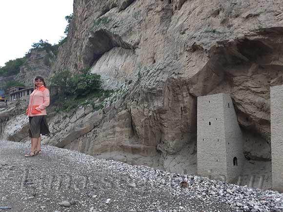 У двух сторожевых башень в Аргунском ущелье. Чеченская Республика