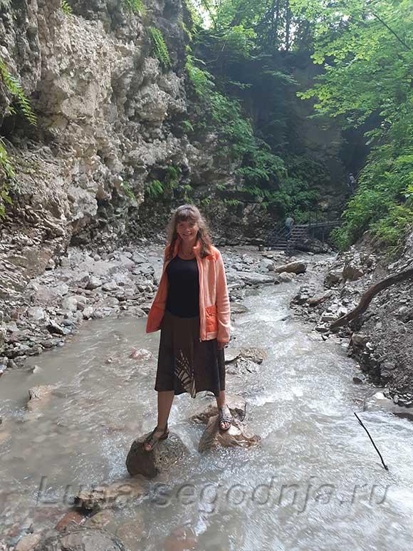 Переход через горную речку к Нихолаевским водопадам, Чечня.