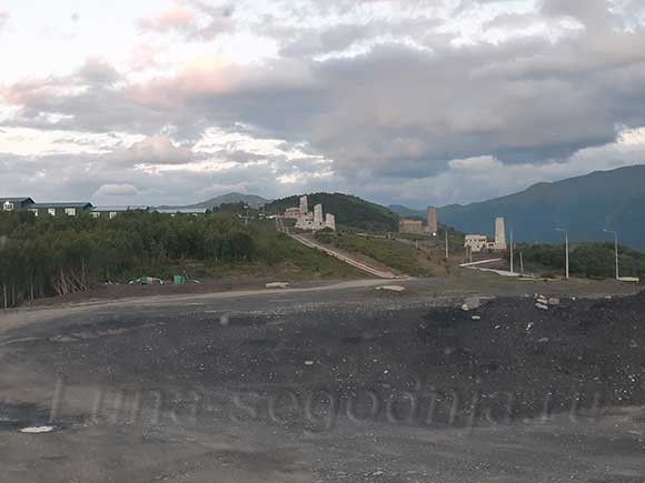 Строящиеся гостиницы с башнями в районе горнолыжного курорта Ведучи