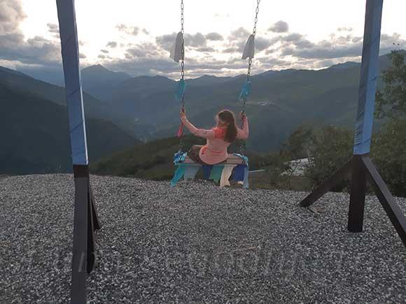 Живописные качели на курорте Ведучи в Чечне.