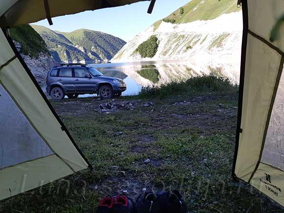 Вид из палатки на озеро Кезеной-Ам в Чечне