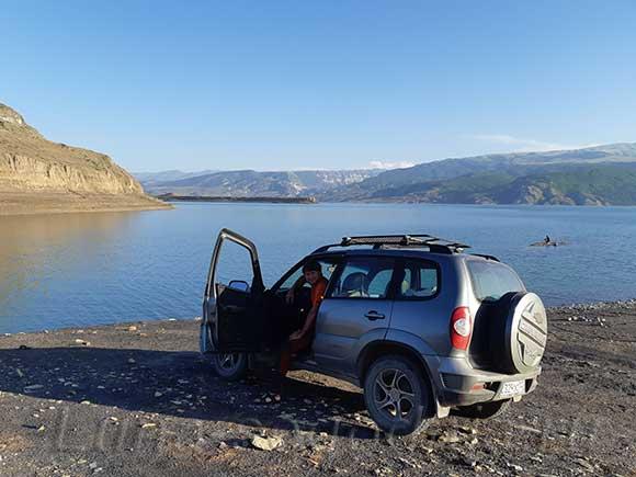 Автомобиль на фоне Чиркейского водохранилища, Дагестан