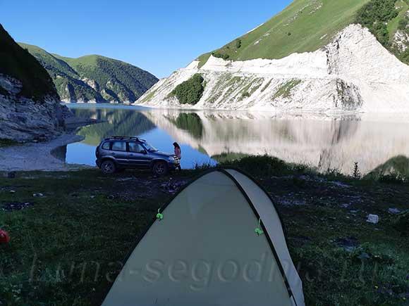 Озеро Кезеной-Ам, палатка и автомобиль, со стороны Дагестана