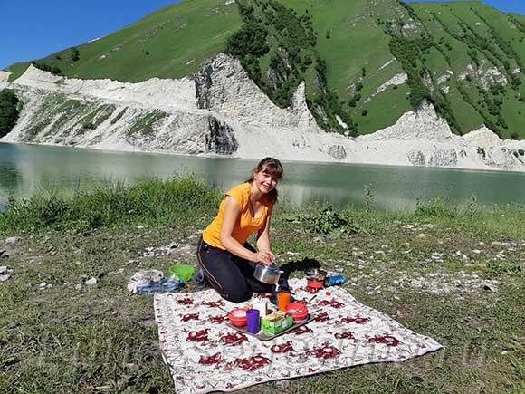 Завтрак у озера Кезеной-Ам, Чечня-Дагестан