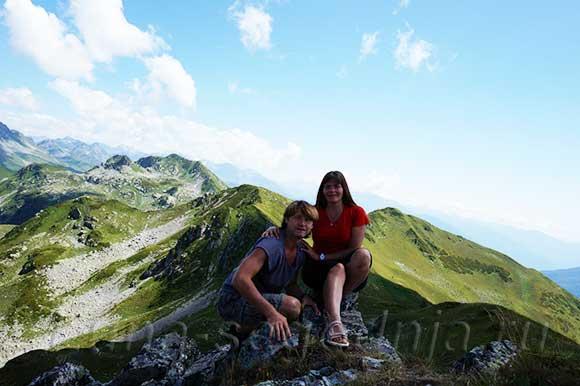 Парочка влюбленных в горах Абхазии
